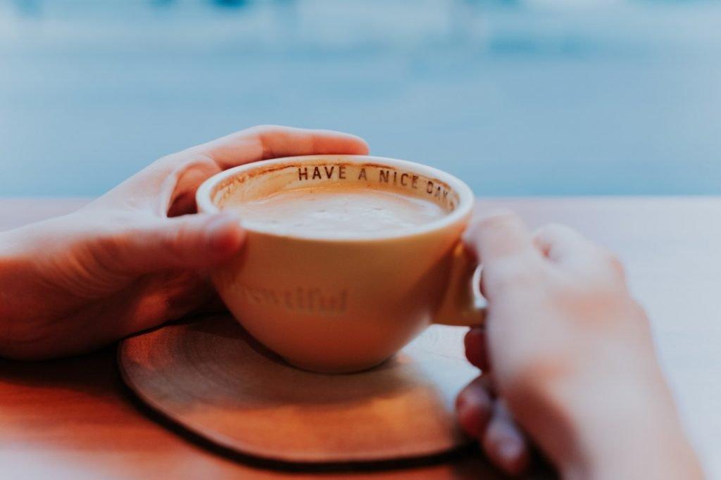 cara fokus wfh saat puasa kurangi kafein